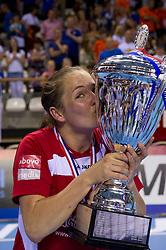 02-06-2011 HANDBAL: BEKERFINALE QUINTUS - SEW: ALMERE<br /> Linda Wals is blij met de beker<br /> ©2011-FotoHoogendoorn.nl / Peter Schalk