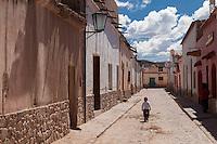NINO CAMINANDO EN UNA CALLE DEL CENTRO DE HUMAHUACA, PROVINCIA DE JUJUY, ARGENTINA (PHOTO © MARCO GUOLI - ALL RIGHTS RESERVED)