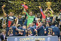 joie des joueurs parisiens sur le podium lorsque SILVA Thiago (PSG) brandit le trophee