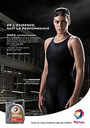 Lara Grangeon posant pour une campagne de publicité Total réalisée en studio à Nouméa.Affiche publicitaire.