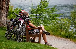 THEMENBILD - ein Paar sitzt auf einer Parkbank und macht Pause während einer Fahrradtour, aufgenommen am 10. Mai 2018, Zell am See, Österreich // a couple is sitting on a park bench and taking a break during a bike ride on 2018/05/10, Zell am See, Austria. EXPA Pictures © 2018, PhotoCredit: EXPA/ Stefanie Oberhauser