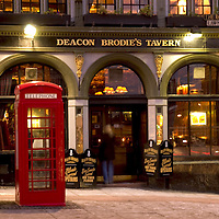 Deacon Brodie's tavern, Edinburgh, Scotland, exterior at night<br />