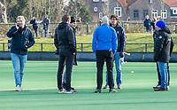 BLOEMENDAAL - Overleg over de contitie van het veld voor   de hoofdklasse hockeywedstrijd heren, BLOEMENDAAL-KAMPONG (4-1) . COPYRIGHT  KOEN SUYK