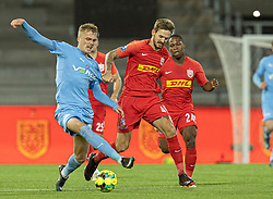 Kian Hansen (FC Nordsjælland) trækker Mikkel Kallesøe (Randers FC) ned under kampen i 3F Superligaen mellem FC Nordsjælland og Randers FC den 19. oktober 2020 i Right to Dream Park, Farum (Foto: Claus Birch).