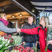 Nederland, Amsterdam, 22 december 2016.<br />Geliefde bloemenstal moet dicht door problemen met vergunning.<br />Al zeventien jaar is Thejo's Bloemen een zeer geliefde stal op de Westermarkt. Maar als het aan stadsdeel Centrum ligt, is dat na de kerstdagen voorbij. Na jaren van pachten krijgt eigenaresse Jolanda Evers de vergunning namelijk niet op haar naam gezet, en moet ze de stal sluiten.<br />Op de foto: Buurtbewoners betuigen hun steun aan Jolanda.<br /><br /><br /><br />Foto: Jean-Pierre Jans
