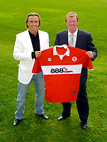 Fotball<br /> England<br /> 02.08.2004<br /> Foto: SBI/Digitalsport<br /> NORWAY ONLY<br /> <br /> Middlesbrough Press Conference<br /> Middlesbrough manager Steve McClaren (R) with new signing Boudewijn Zenden