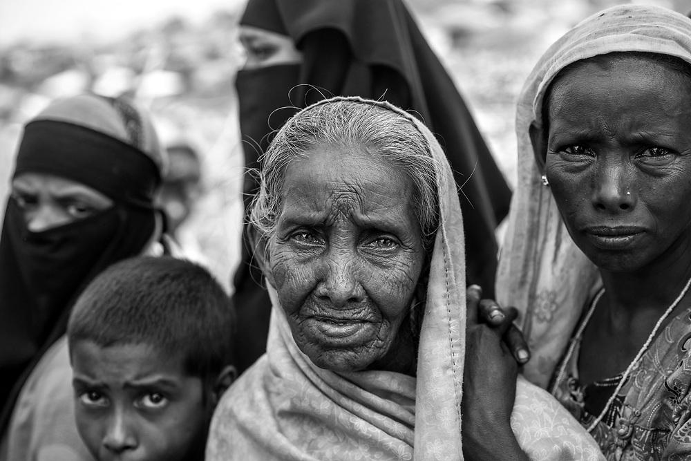 Women and child waiting for a food distribution in Kutupalong refugee camp. Since the end of august 2017, the beginning of the crisis, more than 600,000 Rohingyas have fled Myanmar to  seek refuge in Bangladesh. Cox's Bazar -october 25th 2017.<br /> Des femmes et un enfant attendent une distribution de nourriture dans le camp de Kutupalong. Depuis le début de la crise, fin août 2017, plus de 600000 Rohingyas ont fuit la Birmanie pour trouver refuge au Bangladesh. Cox's Bazar le 25 octobre 2017.