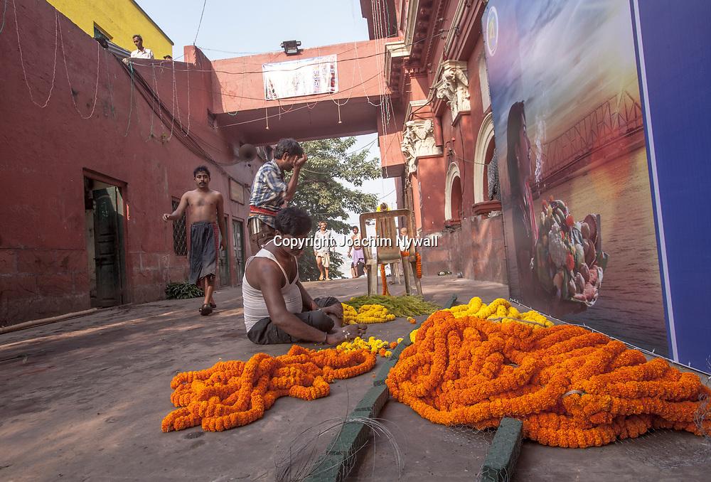 2014 10 29  Kolkata Calcutta <br /> West Bengal India Indien<br /> Malik Ghat  folkliv vid floden Hooghly eller morgon ritualer vid Ganges<br /> <br /> <br /> <br /> ----<br /> FOTO : JOACHIM NYWALL KOD 0708840825_1<br /> COPYRIGHT JOACHIM NYWALL<br /> <br /> ***BETALBILD***<br /> Redovisas till <br /> NYWALL MEDIA AB<br /> Strandgatan 30<br /> 461 31 Trollhättan<br /> Prislista enl BLF , om inget annat avtalas.