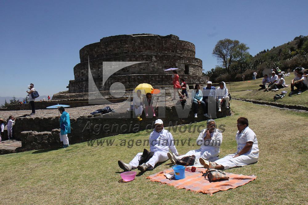 TOLUCA, Mex - Personas de todas las edades acudieron a la zona arqueologica de Calixtlahuaca para recargarse de energia, limpias, danzas y oraciones fueron ofrecidas al sol para pedir un año lleno de abundancia.   Agencia MVT / Crisanta Espinosa.