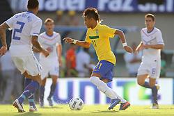 Neymar disputa bola com Gregory Wiel durante o jogo amistoso entre as seleções de Brasil e Hoalnda no estádio Arena da Baixada, em Goiânia, Brasil, em 04 de junho de 2011. FOTO: Jefferson Bernardes/Preview.com