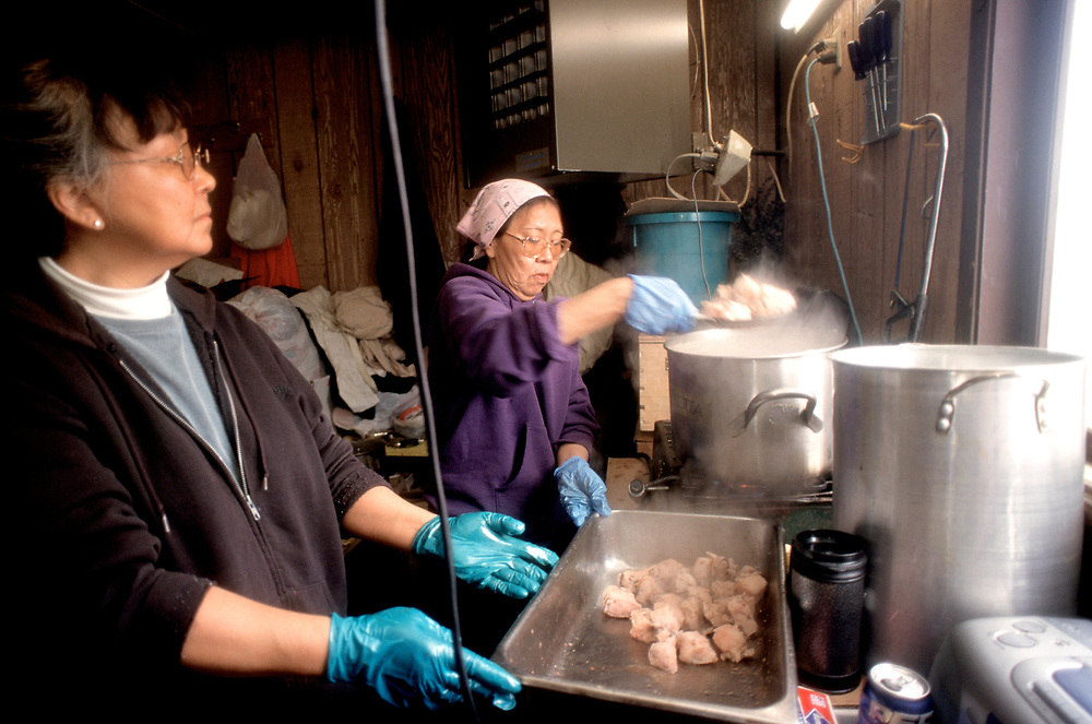 At the garage of Captain Edward Itta's house, Denise Varner cook whale meat for the feast where the whole town is invited to get some shares at the captain's house.  <br /> <br /> May 14, 11:40(Multiple values)
