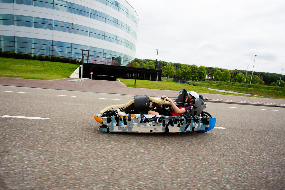 Iris Slappendel zit in de Velox. Op een weg op de campus van de TU Delft oefent het team met het rijden in een Velox. In september wil het Human Power Team Delft en Amsterdam, dat bestaat uit studenten van de TU Delft en de VU Amsterdam, tijdens de World Human Powered Speed Challenge in Nevada een poging doen het wereldrecord snelfietsen voor vrouwen te verbreken met de VeloX 7, een gestroomlijnde ligfiets. Het record is met 121,44 km/h sinds 2009 in handen van de Francaise Barbara Buatois. De Canadees Todd Reichert is de snelste man met 144,17 km/h sinds 2016.<br /> <br /> With the VeloX 7, a special recumbent bike, the Human Power Team Delft and Amsterdam, consisting of students of the TU Delft and the VU Amsterdam, also wants to set a new woman's world record cycling in September at the World Human Powered Speed Challenge in Nevada. The current speed record is 121,44 km/h, set in 2009 by Barbara Buatois. The fastest man is Todd Reichert with 144,17 km/h.
