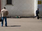 Schlafender Mann an der Rückseite des Kasaner Bahnhofs (Kasanski woksal) welcher einer der acht Fernbahnhöfe in Moskau ist. Er liegt am Komsomolskaja-Platz, in unmittelbarer Nähe zum Jaroslawler und dem Leningrader Bahnhof, und ist bis heute einer der größten Bahnhöfe der russischen Hauptstadt. <br /> <br /> Sleeping person on the backside of the Kazansky Rail Terminal (Kazansky vokzal) which is one of nine rail terminals in Moscow, situated on the Komsomolskaya Square, across the square from the Leningradsky and Yaroslavsky terminals.