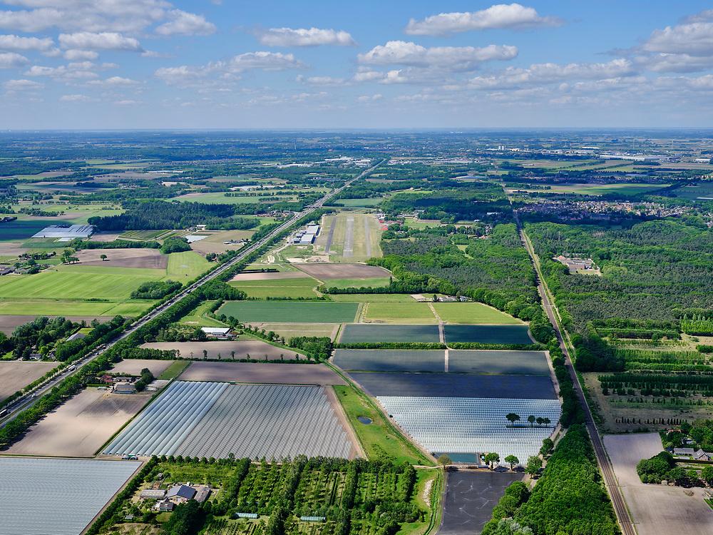 Nederland, Brabant, gemeente Halderberge, 14-05-2020; A58 tussen het dorp Hoeven en St. Willebrord. Zicht op Vliegveld Seppe (Breda International Airport).<br /> A58 between the village of Hoeven and St. Willebrord. View of Seppe Airport (Breda International Airport).<br /> <br /> luchtfoto (toeslag op standard tarieven);<br /> aerial photo (additional fee required);<br /> copyright foto/photo Siebe Swart