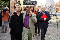 """22 AUG 2005, BERLIN/GERMANY:<br /> Christina Weiss, SPD, Staatsministerin fuer Kultur und Medien, Guenter Grass, Autor, Juergen Flimm, Regisseur,  (v.L.n.R.) auf dem Weg zu einer Diskussion zum Thema """"7 Jahre rot-gruene Kulturpolitik"""", Palais der Kulturbrauerei<br /> IMAGE: 20050822-03-038<br /> KEYWORDS: Jürgen Flimm, Günter Grass"""
