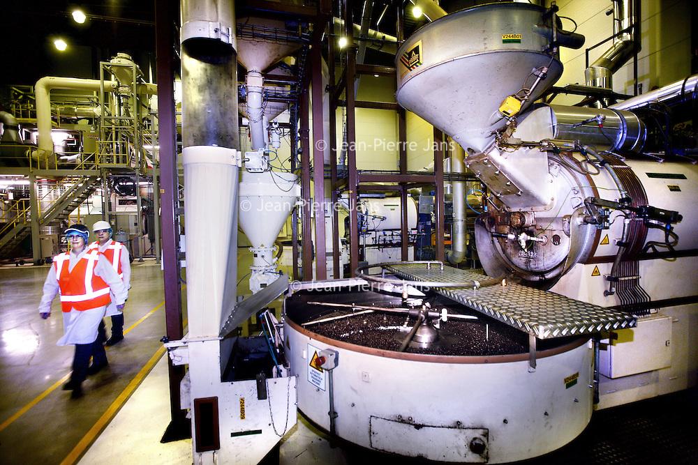 Nederland, Amsterdam , 16 maart 2012..Starbucks Roasting Plant in Amsterdam..De rondleiding door de branderij met de koffiebrander op de voorgrond..Starbucks Roasting Plant in Amsterdam. Roasting machine roasting the beans.