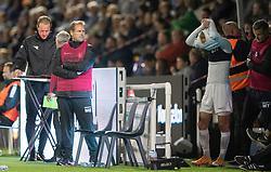 Cheftræner Morten Eskesen (FC Helsingør) ser til, mens Lucas Haren (FC Helsingør) gør klar til indskiftning under kampen i 1. Division mellem FC Helsingør og Vendsyssel FF den 18. september 2020 på Helsingør Stadion (Foto: Claus Birch).