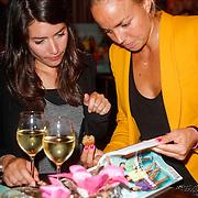 NLD/Ridderkerk/20120911 - Presentatie magazine Helden, Maartje Paumen bekijkt het magazine