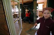 Svizzera, San Gallo, asilo nel bosco , un piccolo casottino in legno è il rifugio in caso di forte pioggia...le lezioni solitamente si volgono sempre all'aperto per tutto l'inverno ..i bambini contribuiscono in tutte le attività, compreso fare le pulizie ....Switzerland, St. Gallen, kindergarten in the wood. Children are free to run and enjoy in the wood no matter cold or snow...Inside a little wood hut used during the rain, doing the cleaning...