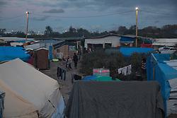 """Das sogenannte îJungleî Fluechtlingscamp am Rande der franzoesischen Stadt Calais, am Wochenende vor der angesetzten Raeumung. Viele tausend Migranten und Fluechtlinge harren teilweise seit Jahren in der Hafenstadt aus in der Hoffnung den Aermelkanal nach Groflbritannien ueberqueren zu koennen. Die franzoesischen Behoerden kuendigten an, dass sie das Camp, indem derzeit bis zu bis zu 10.000 Menschen leben K¸rze raeumen werden. <br />  <br /> ***So called îJungle"""" refugee camp on the outskirts of the French city of Calais on the weekend before the scheduled eviction. Many thousands of migrants and refugees are waiting in some cases for years in the port city in the hope of being able to cross the English Channel to Britain. French authorities announced that they will shortly evict the camp where currently up to up to 10,000 people live.***"""