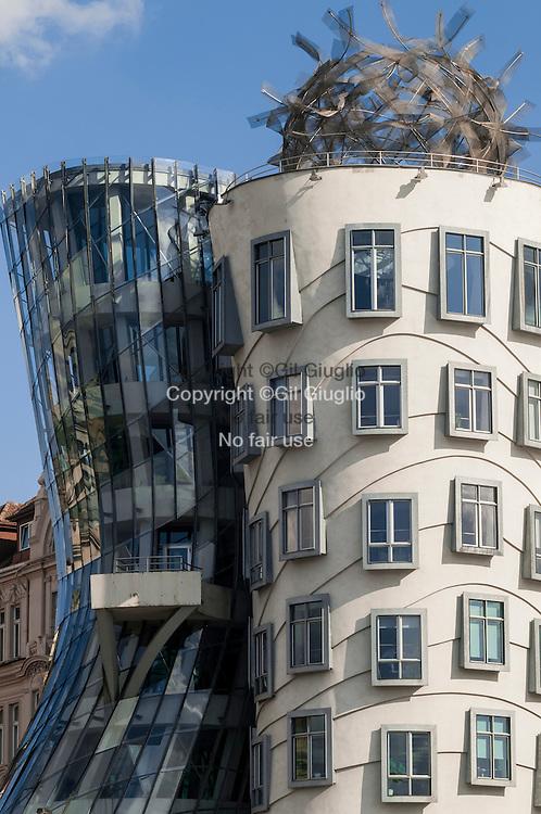 République Tchèque, Prague, Nové Mesto, quai Rasinovo,  immeuble Dansant de l'architecte Frank Gehry // Czech Republic, Prague, Nove Mesto, Rasinovo dock, Dancer building of the californian architect Frank Gehry