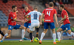 Jeppe Kjær (FC Helsingør) forsøger at komme fri, omgivet af fire Hvidovre-spillere, under kampen i 1. Division mellem Hvidovre IF og FC Helsingør den 15. september 2020 på Pro Ventilation Arena, Hvidovre Stadion (Foto: Claus Birch).