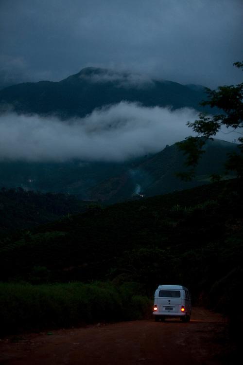 Alto Caparao_MG, Brasil...Paisagem com uma Kombi na estrada de terra no Parque Nacional em Alto Caparao...The landscape with a Kombi on the land road in the National Park in Alto Caparao...Foto: BRUNO MAGALHAES / NITRO