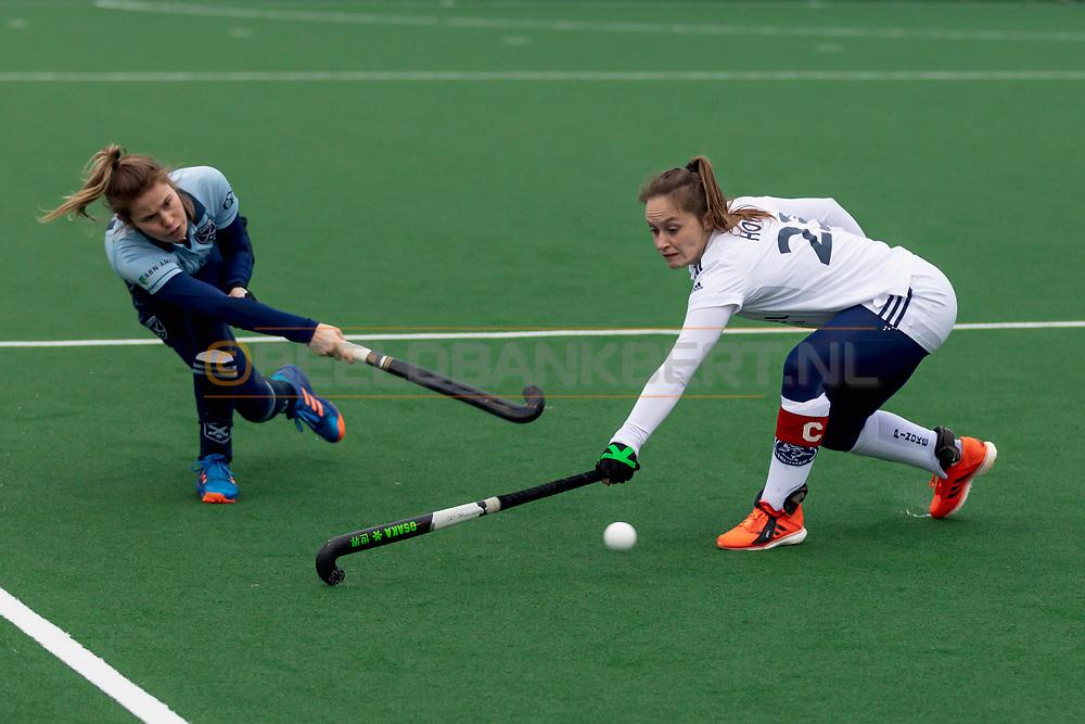 LAREN -  Hockey Hoofdklasse Dames: Laren v Pinoké, seizoen 2020-2021. Foto: Cécile  Knuvers (Laren) en Kelly Hoyng-Jonker (Pinoké, captain)