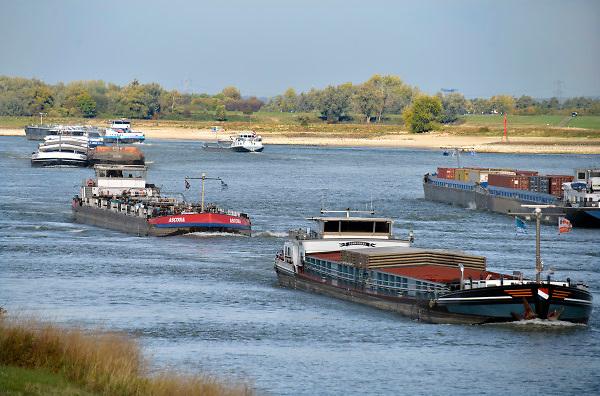 Nederland, the netherlands, Nijmegen, 15-10-2018 Door de aanhoudende droogte staat het water in de rijn, ijssel en waal extreem laag .Vandaag sneuvelde het laagterecord en is de laagste officiele stand ooit bij Lobith gemeten, 6,75 m boven NAP .  Schepen moeten minder lading innemen om niet te diep te komen . Hierdoor is het drukker in de smallere vaargeul . Door te weinig regenval in het stroomgebied van de rijn is het record verbroken . Foto: Flip Franssen