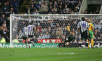 Fotball<br /> Foto: SBI/Digitalsport<br /> NORWAY ONLY<br /> <br /> Newcastle United v Norwich<br /> Carling Cup Third Round, St James' Park, Newcastle upon Tyne 27/10/2004.<br /> <br /> Newcastle's Shola Ameobi (L) scores from the penalty spot as he sends Norwich's goalkeeper, Robert Green, the wrong way.