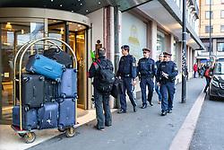 25.02.2020, Innsbruck, AUT, Coronavirus in Österreich, Nach den ersten beiden bestätigten Coronavirus-Fällen ist am Dienstag in Innsbruck ein Hotel vorübergehend gesperrt worden. Es handelt sich dabei um die Arbeitsstätte einer der beiden Infizierten, einer Italienerin, im Bild Polizisten vor dem Eingang und deuten einem Gast das er das Hotel nicht betreten darf // Police officers in front of the hotel and indicate to a guest that he is not allowed to enter the hotel After the first two confirmed coronavirus cases, a hotel in Innsbruck was temporarily blocked on Tuesday. It is the workplace of one of the two infected, an Italian. Innsbruck, Austria on 2020/02/25. EXPA Pictures © 2020, PhotoCredit: EXPA/ Johann Groder