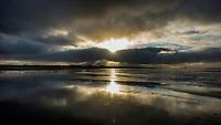 SCHIERMONNIKOOG - zonsondergang met vuurtoren, strand, Waddeneiland Schiermonnikoog.  ANP COPYRIGHT KOEN SUYK
