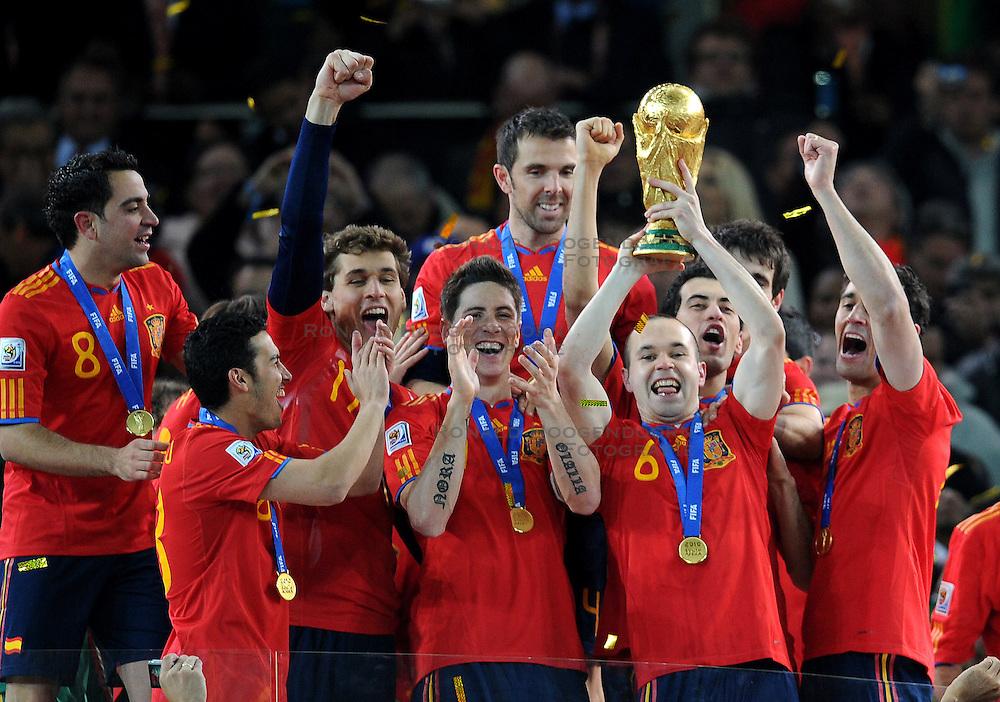 11-07-2010 VOETBAL: FIFA WK FINALE NEDERLAND - SPANJE: JOHANNESBURG<br /> Der goldene Torsch¸Andres Iniesta mit dem WM Pokal, Spanien ist Weltmeister 2010, dank des Treffers des Barcelona Spielers in der 116 spielminute<br /> EXPA Pictures © 2010 EXPA/ InsideFoto/ Perottino - ©2010-WWW.FOTOHOOGENDOORN.NL<br /> *** ATTENTION *** FOR NETHERLANDS USE ONLY!
