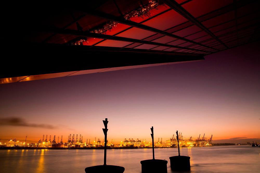 Moderne Architektur des Dockland bei Sonnenuntergang