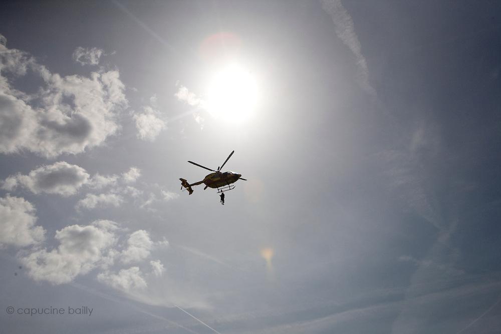 Paris, France. 4 Mai 2009..Brigade Fluviale de Paris..15h32 Entrainement d'helitreuillage..Paris, France. May 4th 2009..Paris fluvial squad..3:32 pm Winching up into a helicopter training..