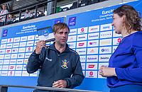 AMSTELVEEN - assistent coach Craig<br /> Fulton van België neemt de prijs  voor het mooiste doelpunt , van Tom Boon , in ontvangst .EK hockey, finale Nederland-Duitsland 2-2. mannen.  Nederland wint de shoot outs en is Europees Kampioen.  COPYRIGHT KOEN SUYK