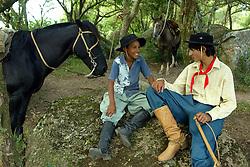 Amigos conversam durante rodeio  em Encruzilhada do Sul. FOTO: Jefferson Bernardes / Preview.com