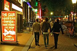 Red Light District, atração turística das mais concorridas. O bairro é um dos mais antigos e pitorescos. Ainda que a prostituição só esteja legalizada desde 2000, as luzes vermelhas piscam há mais de 100 anos.