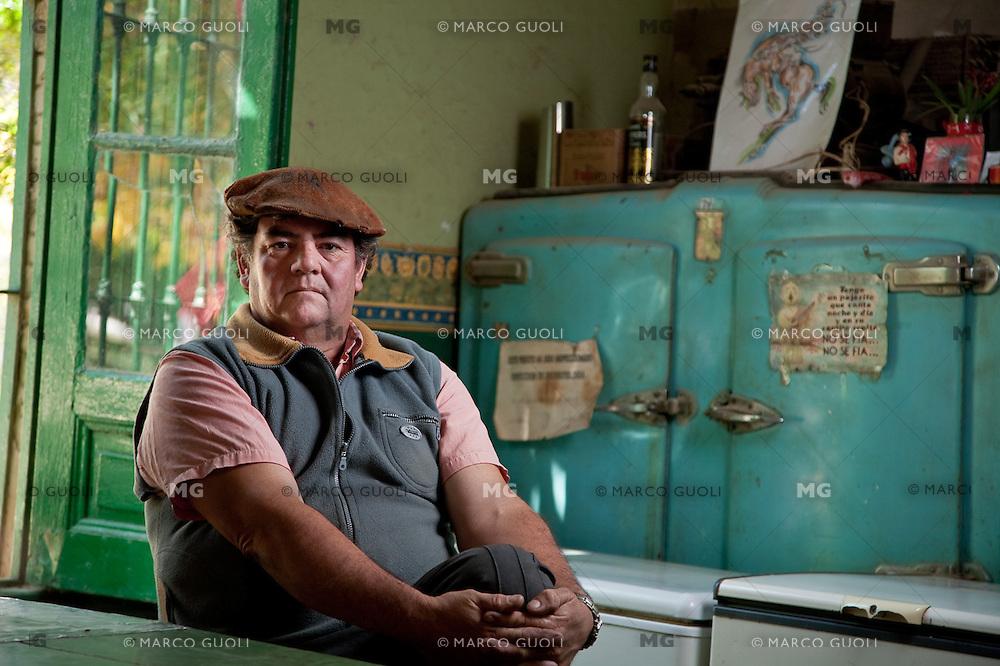 SENOR ROQUE FERNANDEZ EN EL VIEJO BAR, GOUIN, CARMEN DE ARECO, PROVINCIA DE BUENOS AIRES, ARGENTINA