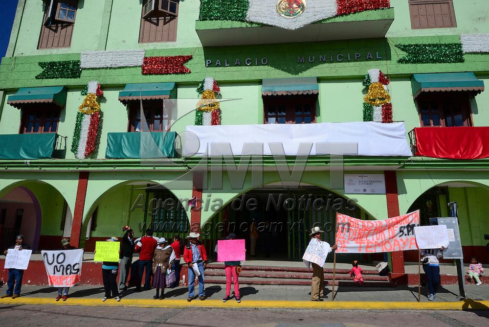Temoaya, México (Octubre 03, 2016).- Habitantes de Temoaya se manifestaron frente al Palacio Municipal para exigir la destitución del director de Seguridad Pública del municipio, Rodolfo Yakamin Hernández Macías, al denunciar actos de corrupción y malos tratos.  Agencia MVT / Crisanta Espinosa.