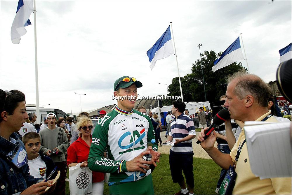 Reims, 9.7.2002: Tour de France. Thor Hushovd har blitt populær i Tour de France, og pressen og autografjegere vil snakke med han... ..Foto: Daniel Sannum Lauten/Dagbladet *** Local Caption *** Hushovd,Thor