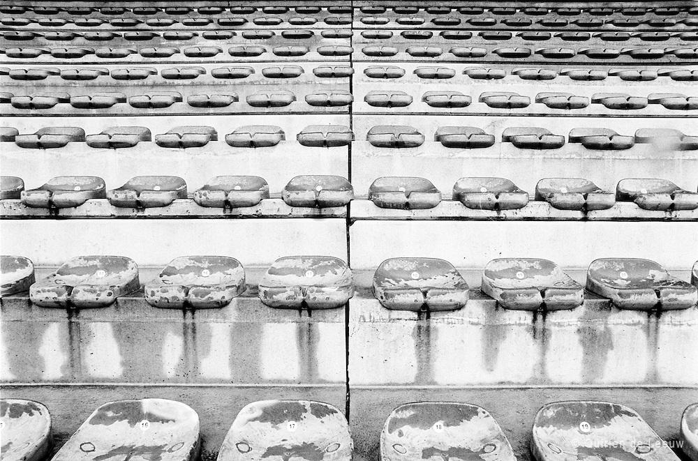 Verlaten stadionstoeltjes in het olympisch stadion van voormalig voetbalclub Beershot Antwerpen