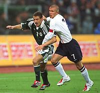 Fotball: Tyskland-England 1-5. München 01.09.01<br /><br />v.l. Jöšrg BÖ…HME , David BECKHAM<br />                       WM-Quali   Deutschland - England  1:5