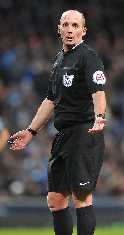referee Mike Dean<br /> <br /> Photographer Dave Howarth/CameraSport<br /> <br /> Football - Barclays Premiership - Manchester City v Arsenal - Sunday 18th January 2015 - Etihad stadium - Manchester<br /> <br /> © CameraSport - 43 Linden Ave. Countesthorpe. Leicester. England. LE8 5PG - Tel: +44 (0) 116 277 4147 - admin@camerasport.com - www.camerasport.com
