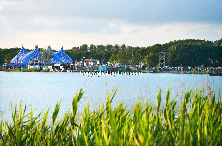 Nederland, Ewijk, Beuningen, 26-6-2016 Het festival Down the Rabbit Hole , dtrh aan recreatieplas de groene heuvels . De organisatie had veel moeite gedaan de water en modderoverlast, veroorzaakt door de hoosbuien van afgelopen week, tot een minimum te beperken . Helaas regende het vandaag tegen de verwachting in toch en werd het terrein een modderpoel... Foto: Flip Franssen