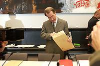 14 OCT 2003, BERLIN/GERMANY:<br /> Franz Muentefering, SPD Fraktionsvorsitzender, schaut in einen Briefumschlag, vor Beginn der Sitzung der SPD Fraktion, Deutscher Bundestag<br /> IMAGE: 20031014-01-004<br /> KEYWORDS: Fraktionssitzung, Franz Müntefering