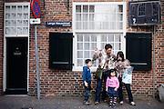 Een Chinees gezin staat op de hoek van de Lange Nieuwstraat in Utrecht te kijken waar de volgende bezienswaardigheid is