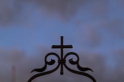 THEMENBILD - ein Kreuz auf einem Grab. Am 1. November, gedenken Katholiken aller Menschen, die in der Kirche als Heilige verehrt werden. Das Fest Allerseelen am darauf folgenden 2. November, ist dem Gedaechtnis aller Verstorbenen gewidmet, aufgenommen am 30.10.2016, Kaprun, Oesterreich // a cross on a grave, on All Saints' Day 1st November, Catholics remember all people who are venerated as saints in the church. The festival Souls on the following second November is dedicated to the memory of all deceased, taken at the cemetery in Kaprun, Austria on 2016/10/30. EXPA Pictures © 2016, PhotoCredit: EXPA/ JFK