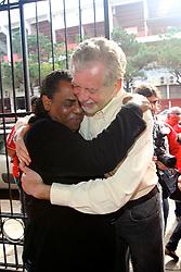 José Fortunati com o ex-jogador do Internacional, Jair Prates (Príncipe Jajá) durante manifestação de apoio da torcida Camisa 12l. FOTO: Jefferson Bernardes/Preview.com
