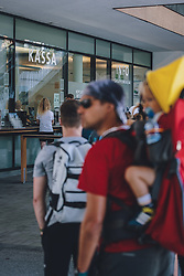 THEMENBILD - Touristen in einer Warteschlange bei der Kassa der Schmittenhöhebahn. die Schmitten ist ein beliebtes Ausflugsziel für Wanderer, aufgenommen am 30. Juli 2020, Zell am See, Österreich // tourists in a queue at the ticket office of the Schmittenhöhebahn. the Schmitten is a popular destination for hikers on 2020/07/30, Zell am See, Austria. EXPA Pictures © 2020, PhotoCredit: EXPA/ JFK